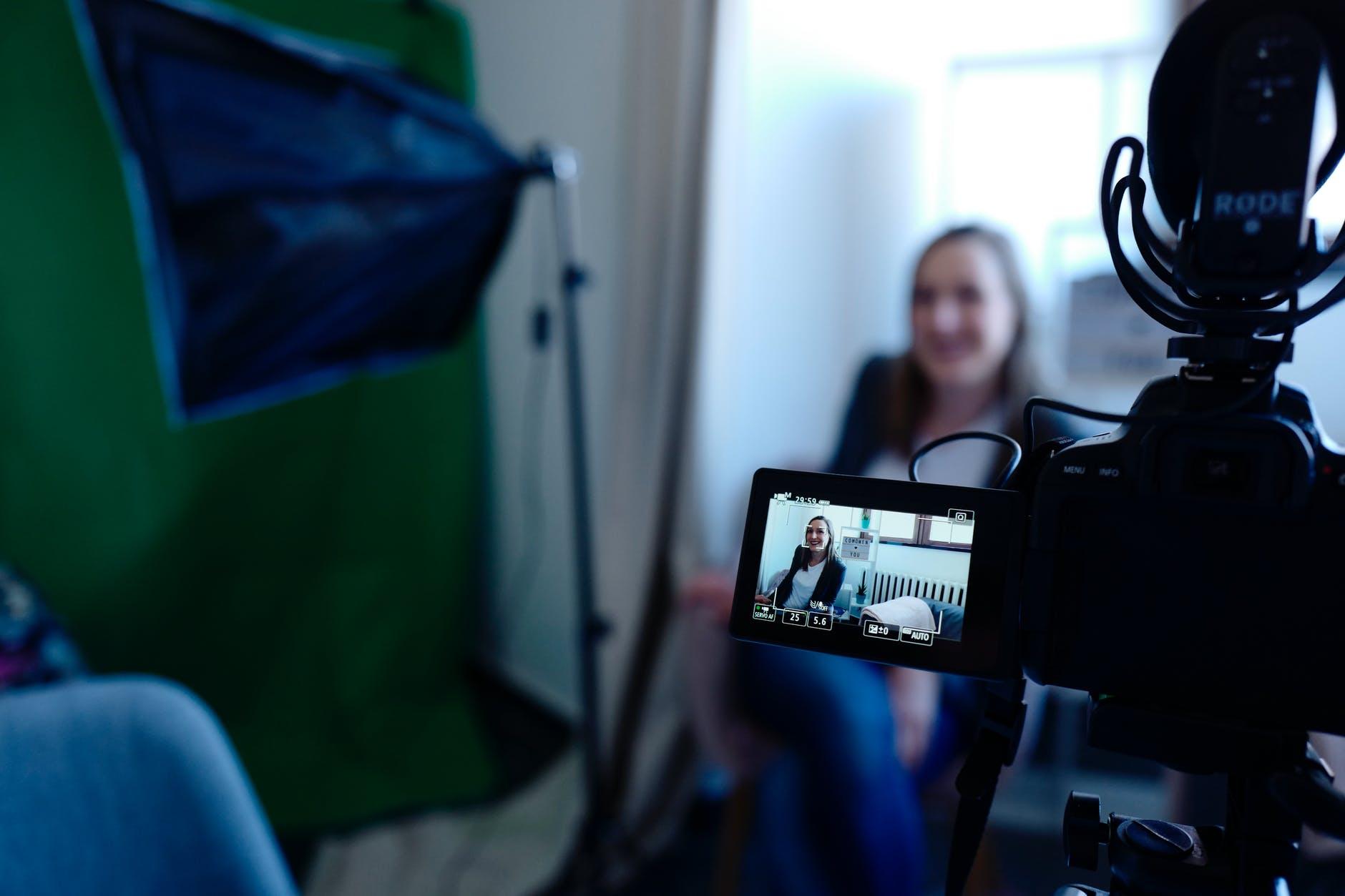 Personne interviewée et filmée par une caméra